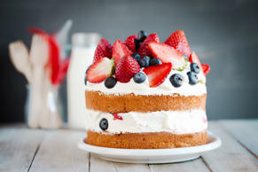 Sponge cake with strawberries, blueberries and cream